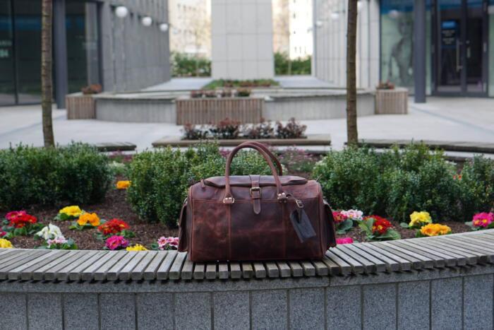 Mężczyzna ze skórzaną torbą