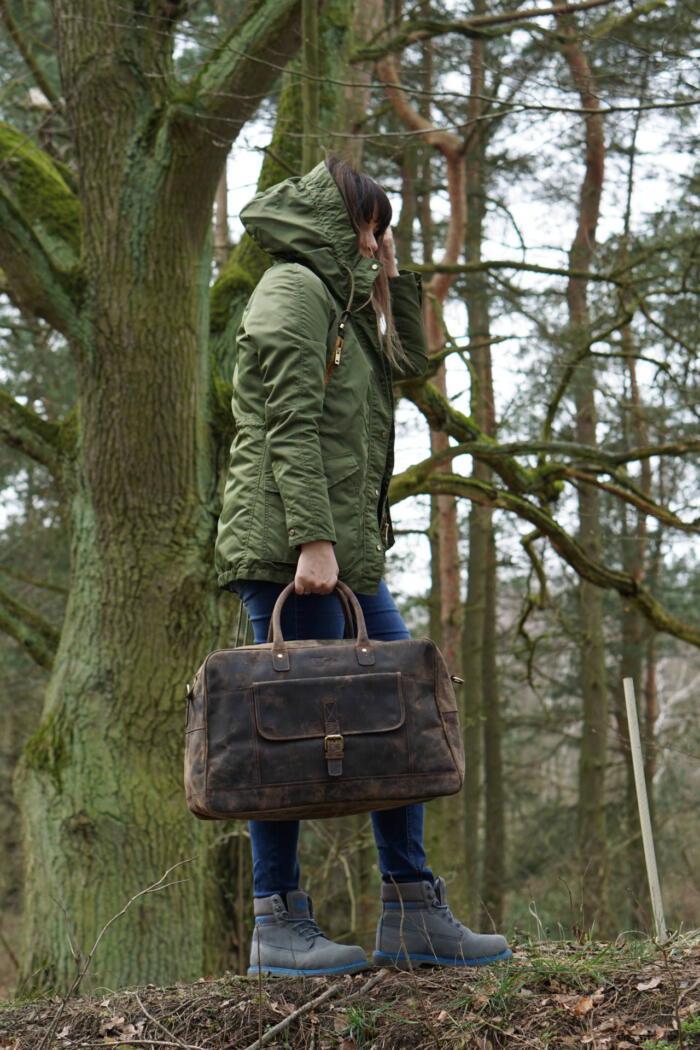 Kobieta ze skórzaną torbą