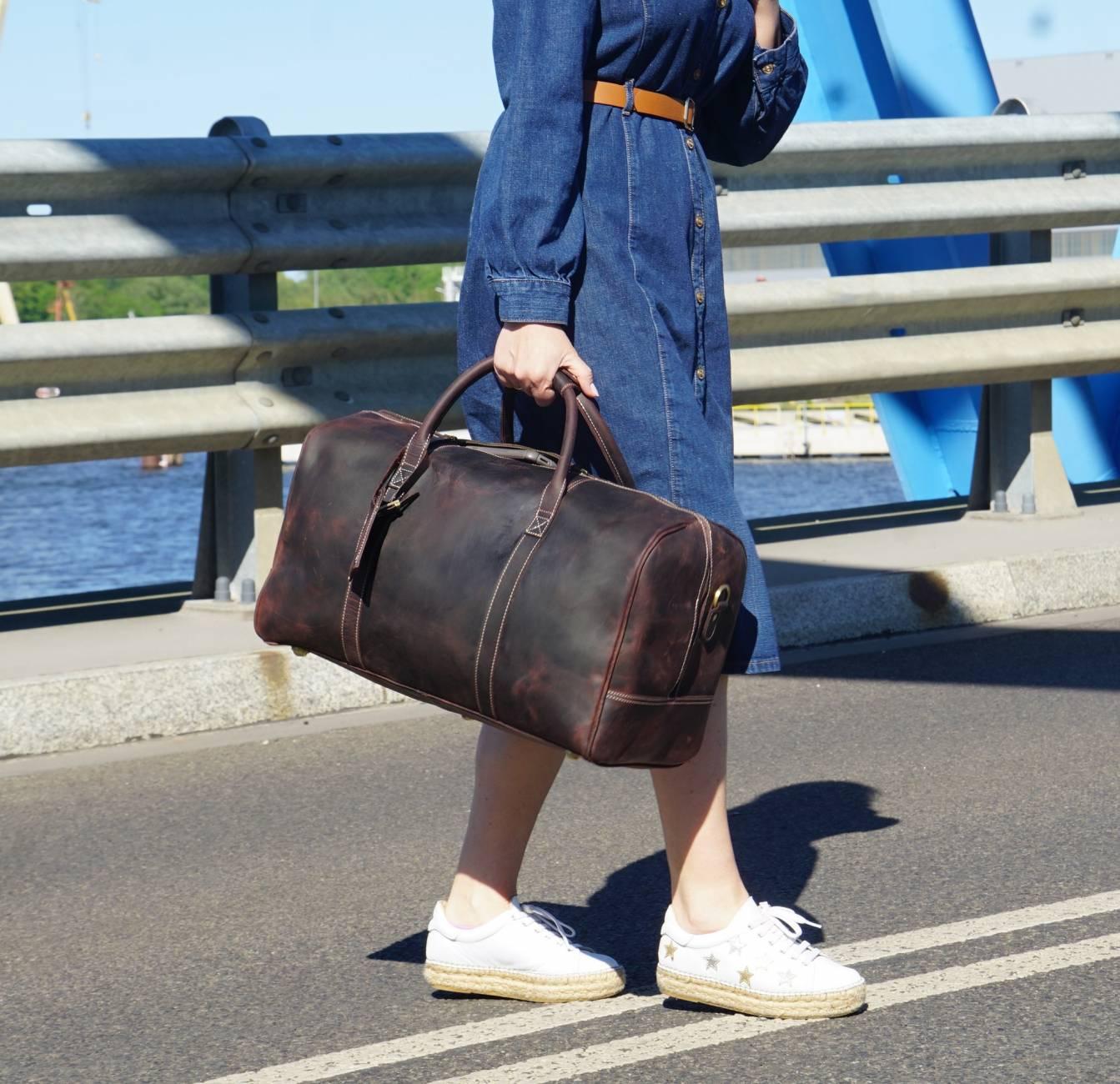 Kobiet ze skórzaną torbą